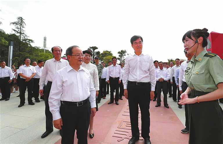 亚博体育官网app下载在广西兴安县湘江烈士纪念公园过中秋
